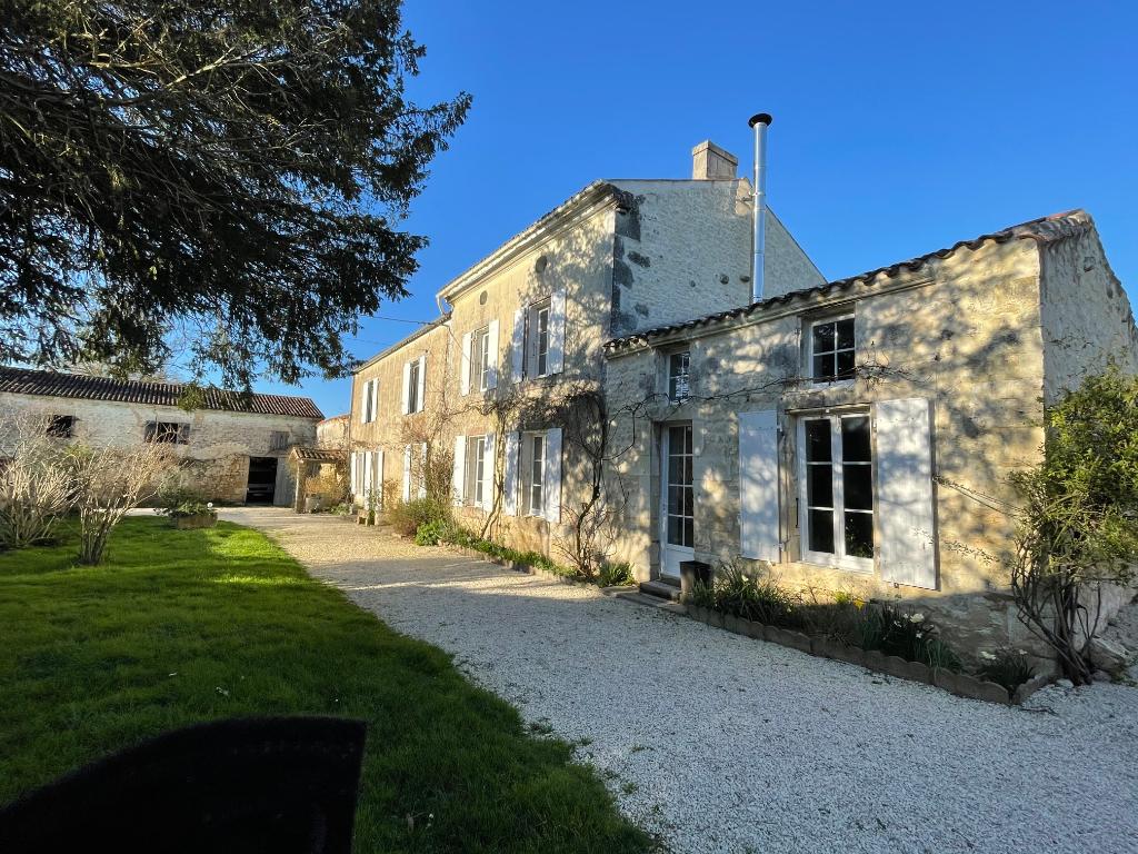Logis charentais de belle facture St Savinien sur Charente