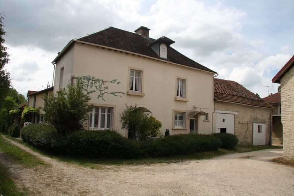 10200 Champignol 130M RESTORED WITH BEAUTIFUL HOUSE BARNS ON 2200m CLOS""