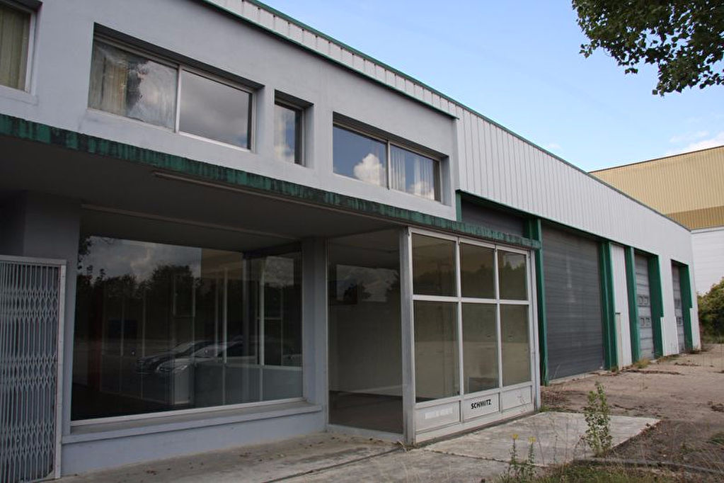 10 000 Aube Troyes Agglo grand Local Commercial de 2320 m² sur 22 750 m² de terrain clos