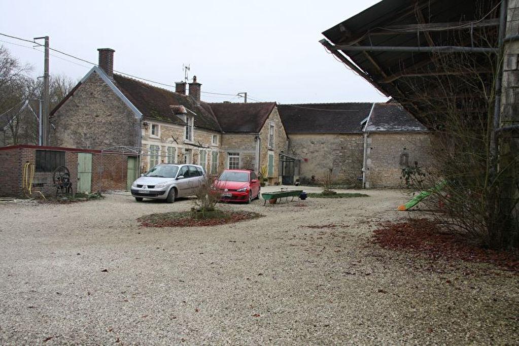 10210 CHASEREY  BELLE FERME XVIIIème sur 5000 m² 900 m² de depedances en bon etat et maison d habitation en pierres de 180 m² récement restaurée