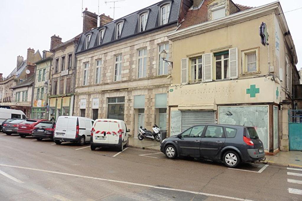 Troyes Immeuble de rapport local commercial loué avec 2 appartements à restaurer