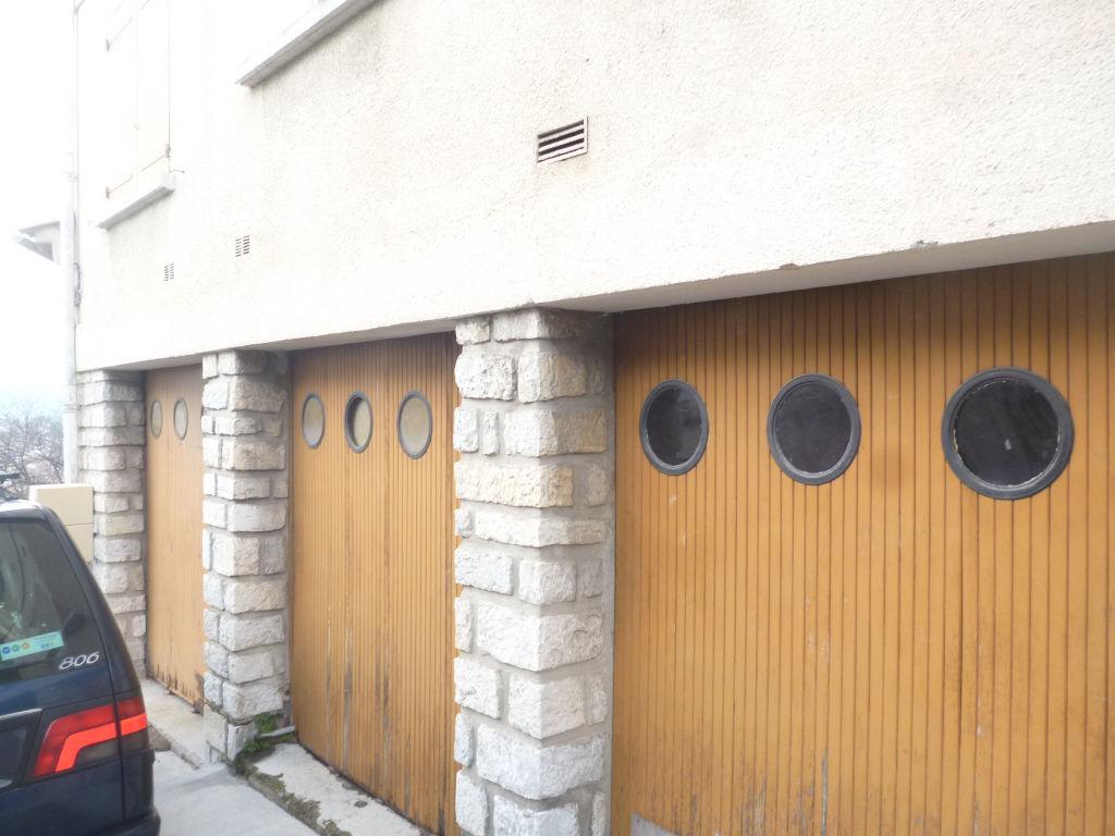 Exclusivité Draguignan proche centre idéal investisseurs immeuble composé de 2 F4 traversants et 4 garages 267500€ crn1852 commission vendeur dpe d