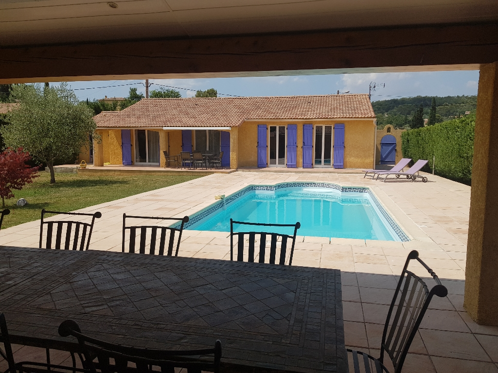 Flayosc à seulement 10 minutes de Draguignan belle villa F5 PP 120M de 2005  sur 1200M de terrain plat clos et arboré  piscine avec pool house terrasse garage 388960€ crn2015