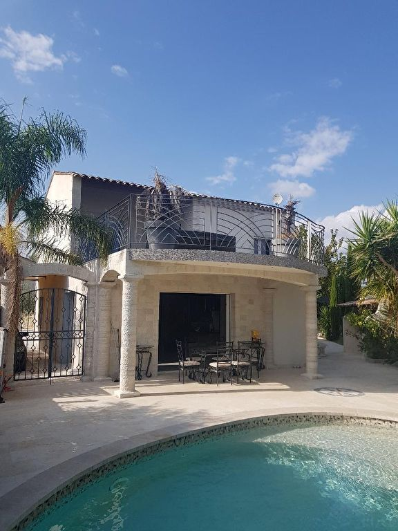 A voir Le Muy à 5 minutes à pied du centre ville belle villa d'architecte F5 de 120m de 2012  piscine terrasse garage  le tout sur 620m de terrain en tout à l'égout 577500€ crn2044