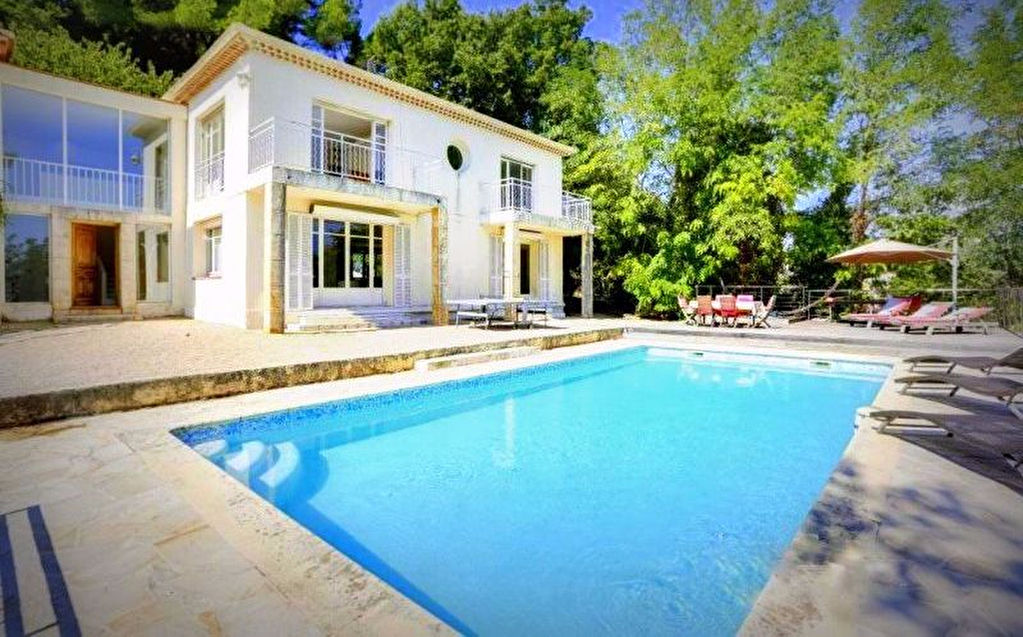 Proche Super Cannes, Villa contemporaine  8 pièces de 254 m² avec piscine