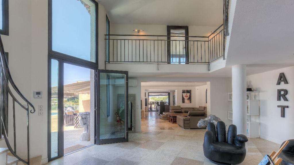 Villa hauteurs de Cannes de 380 m² avec belle vue mer