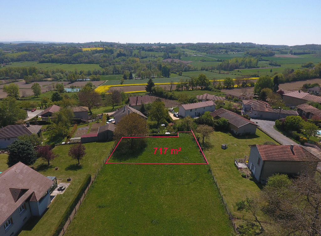 CRACHIER, Joli terrain de 717m²  relativement plat