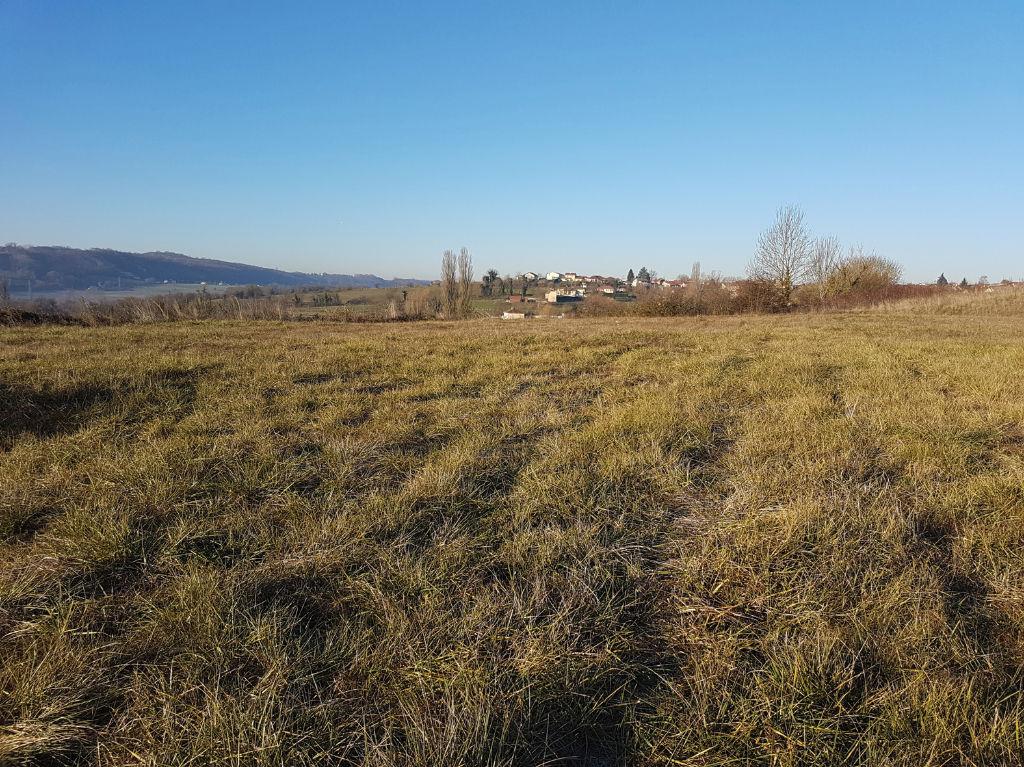 Entre Salagnon et Morestel Joli terrain artisanal plat de 3300 m².