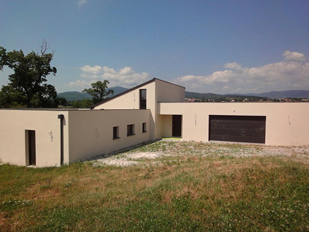 Maison contemporaine de 2015 à Annonay, de 160m2 avec un grand garage et un terrain de 1538 m2