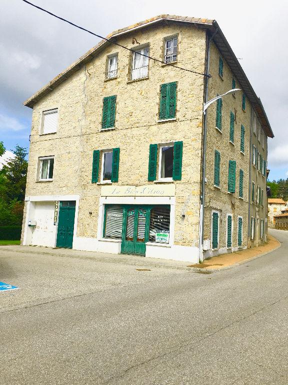 En plein coeur du village, charmante maison de 280 m2 avec garage à Lalouvesc.