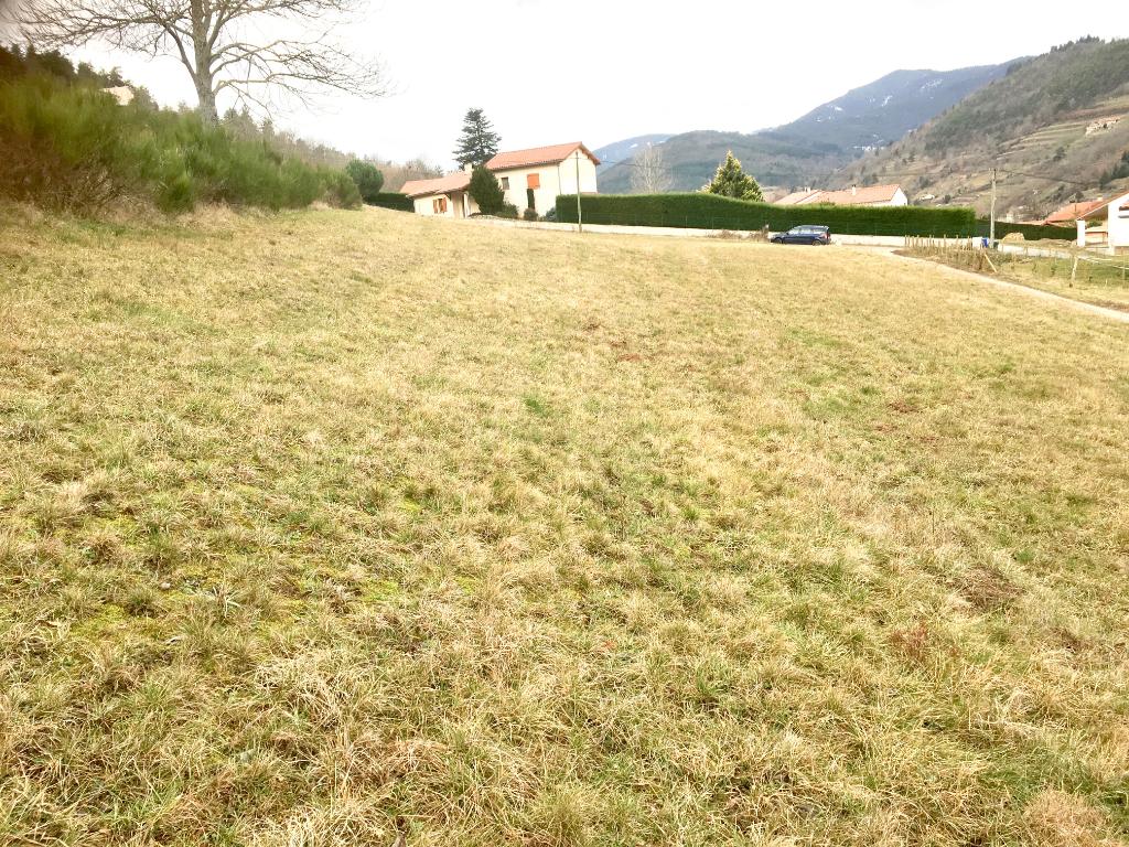 Magnifique terrain constructible de  1250 m2, libre constructeur, viabilités en bordure, à 15 minutes d'Annonay, à Satillieu