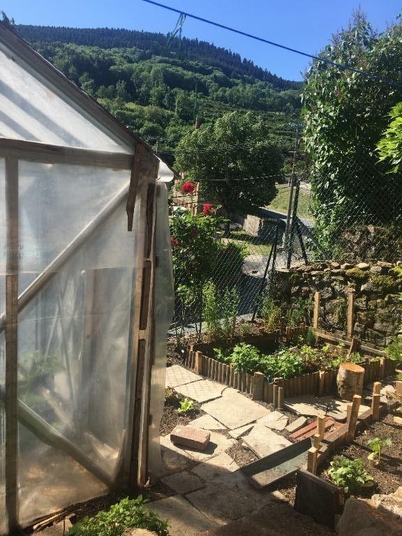 Maison de village en pierre rénovée de 67 m2 avec jardinet et terrasse à 30 kilomètres de Saint-Etienne