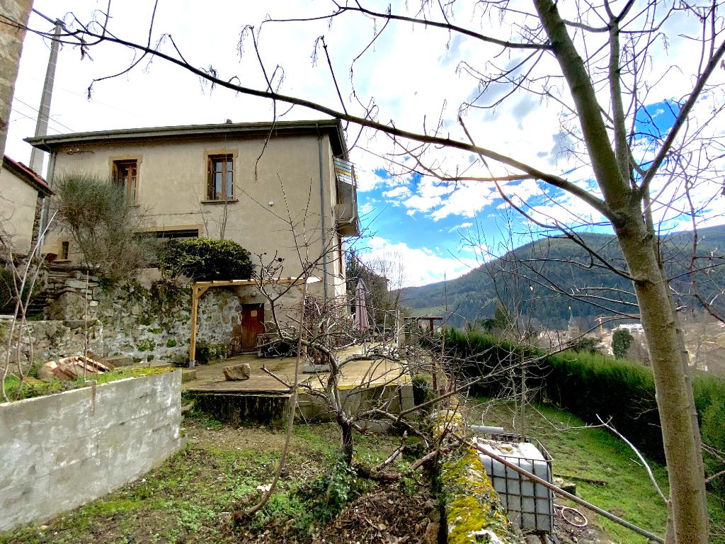 Magnifique maison mitoyenne en pierre de 80 m2 avec jardinet et une terrasse à Bourg Argental , à 30 minutes de Saint-Étienne...