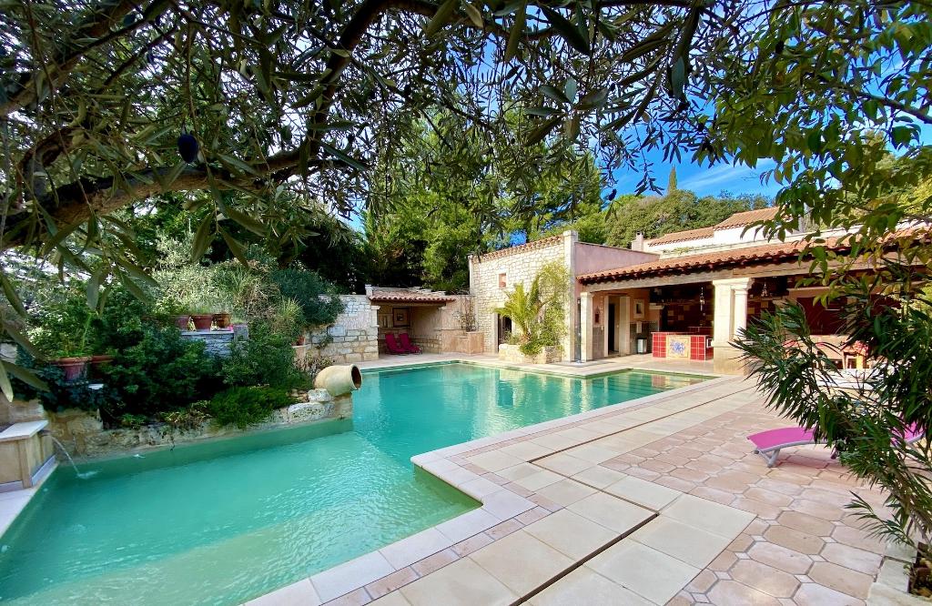 Proche Avignon,10 mins gare TGV, luxueuse villa Provençale , 222m2 SH sur jardin paysager avec piscine
