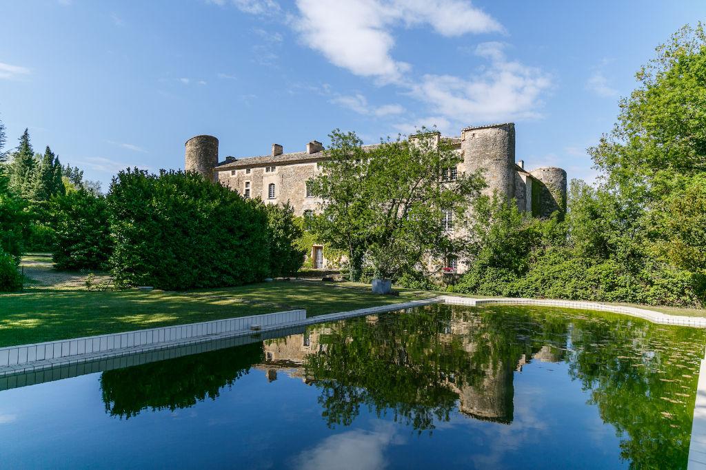 Château, appartement de prestige, 214m2 ,jardin et piscine, à 30mns d'Avignon et Uzès