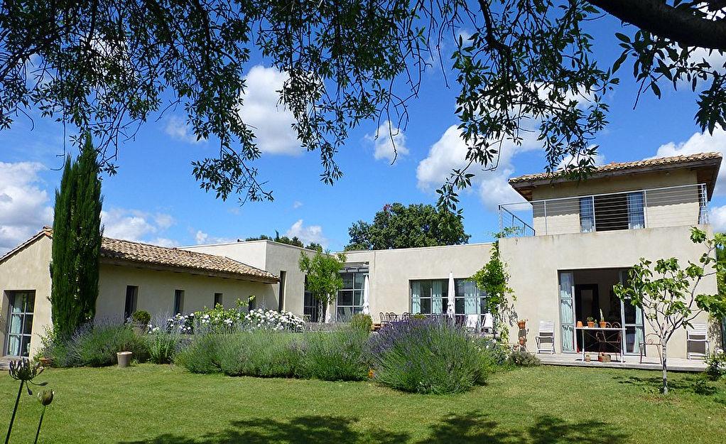 Uzès centre, propriété contemporaine, 285m2 sur 2700m2 jardin avec piscine