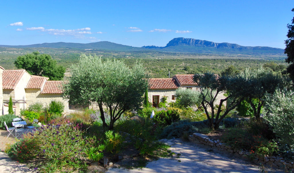 Montpellier proche, remarquable hameau d'env 900m2 sur 1ha de terres, vues, 2 piscines.