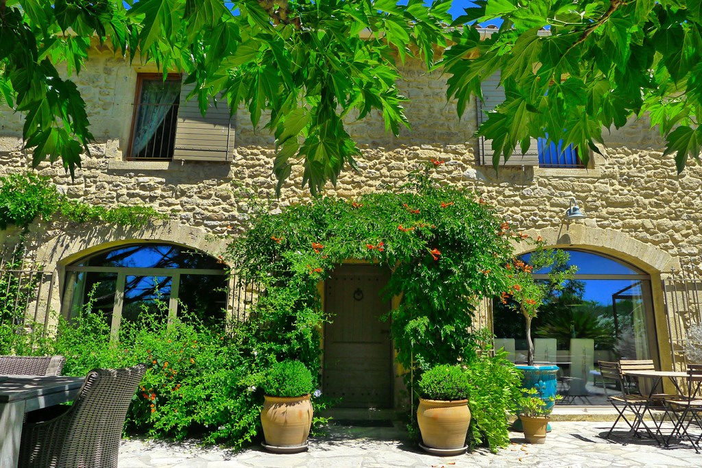 Uzès,  beautiful Mas on 2 acres , main house plus 4 separate rental apartments, large swimming pool.