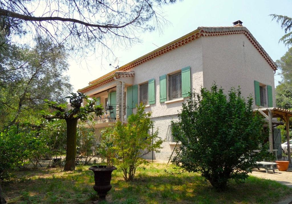 Uzès, proche centre ville, maison avec  2 appartements, 150m2 SH sur 2500 terrain avec piscine