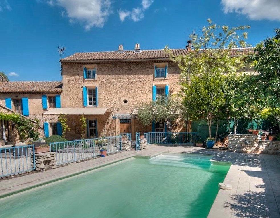 Uzès - Pont du Gard, maison de charme, proche commerces, 250m2 SH sur patio jardin avec piscine