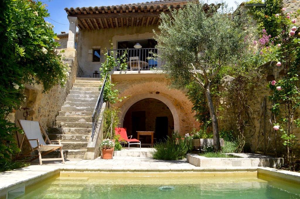 Uzès proche, charmante maison en pierre, village de charme, bassin