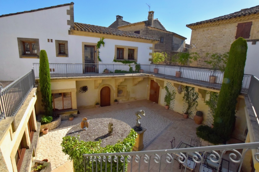 Uzès, 10 minutes, large and beautiful stone house ith central courtyard, village all amenities