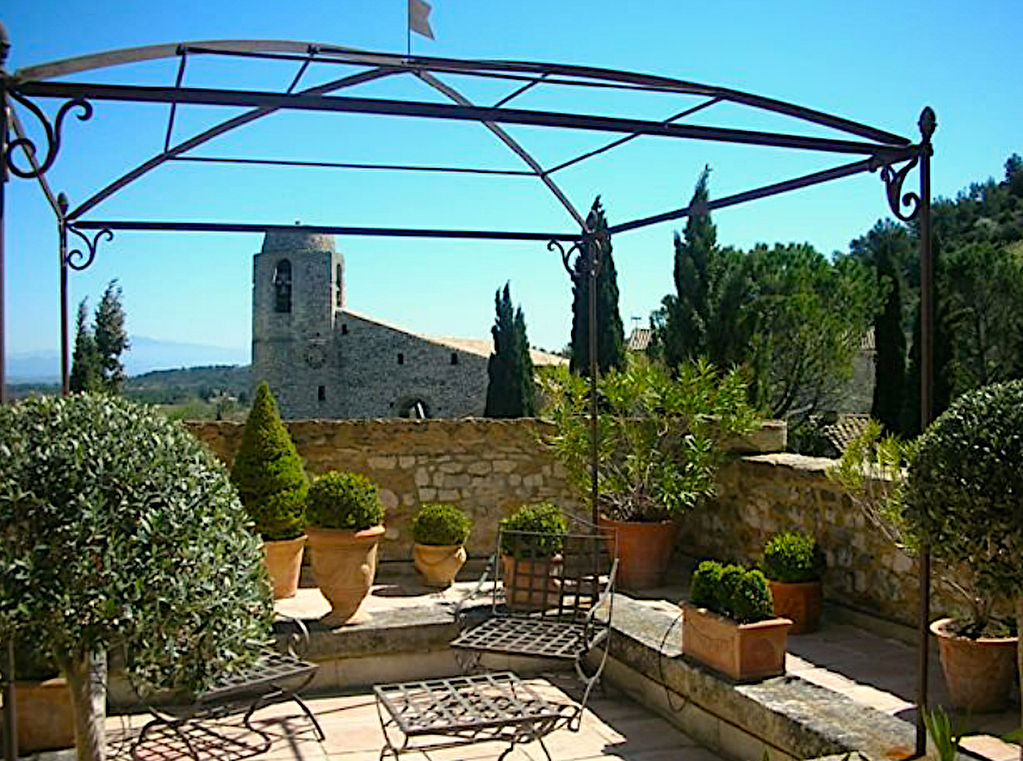 Chateau, 16th century, splendid renovation at 20 minutes from Avignon, with pool and terraced gardens.