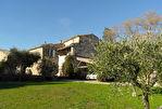 Proche Uzès, authentique Mas, en pierre, avec un magnifique jardin, une vue dégagée et grande piscine.