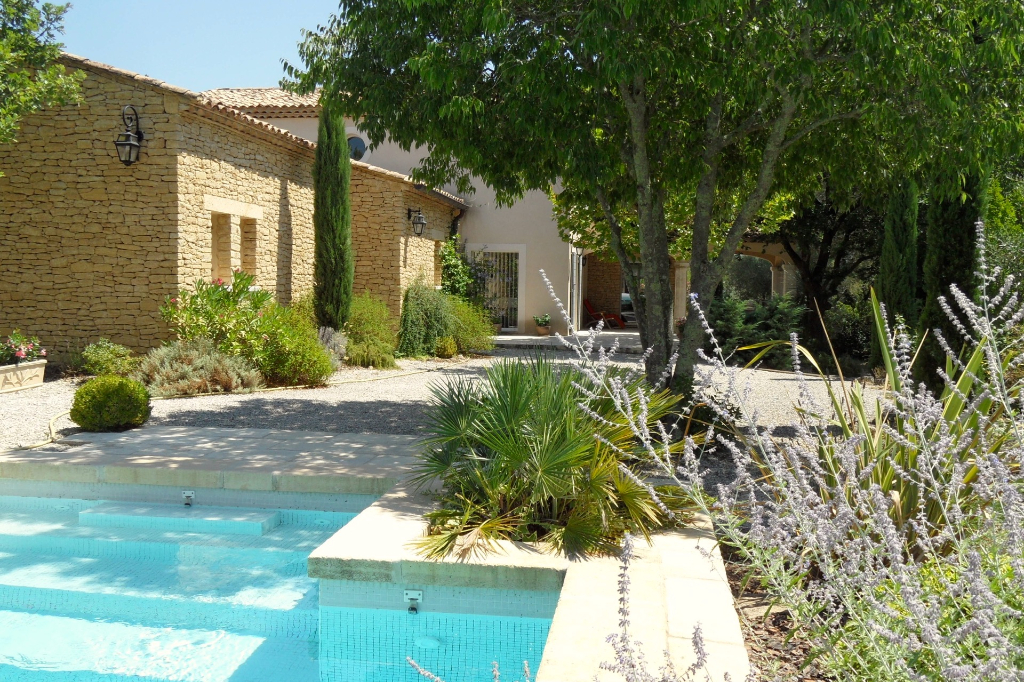 Uzès, residential sector, quality property, 230m2 on 2230 landscaped grounds with pool