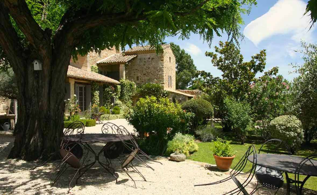 Uzès 10 mns, prestige property on beautiful landscaped grounds with pool and garage.