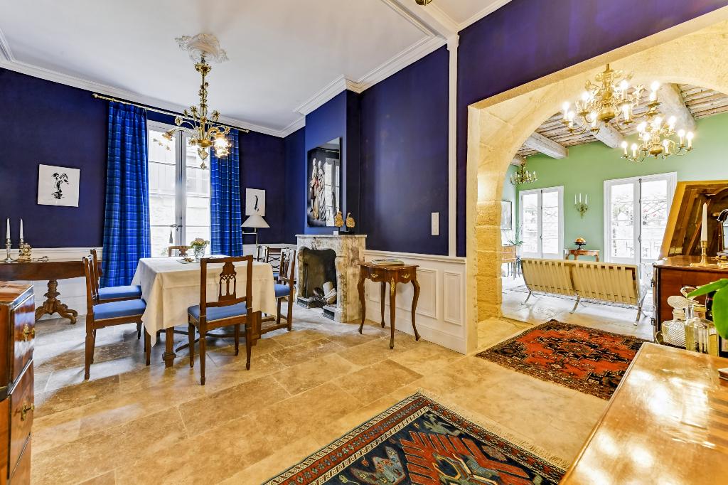 Uzès-Avignon, village animé,  superbe maison de maitre , renovation raffinée, 210m2, cour et terrasse