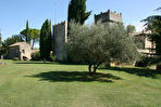 Uzès, château datant du  XIème siècle sur 19 ha de terres, dont chênes truffiers, oliviers, piscine chauffée