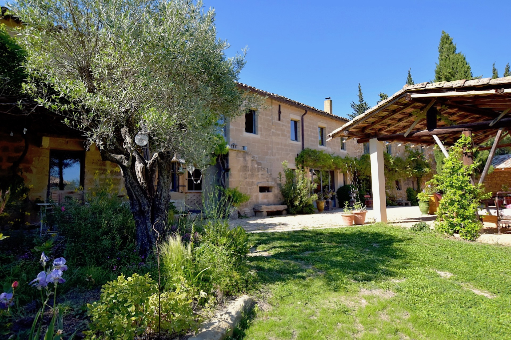 Uzès, demeure de charme, 415m2, rénovation superbe, sur 1748m2 jardin clos, piscine et dépendancess.