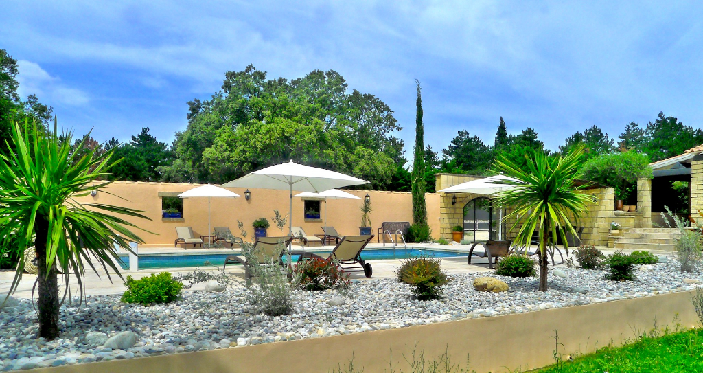 Villa , village proche Uzès, 145m2 SH sur magnifique jardin de 2824m2  avec piscine et oliveraie
