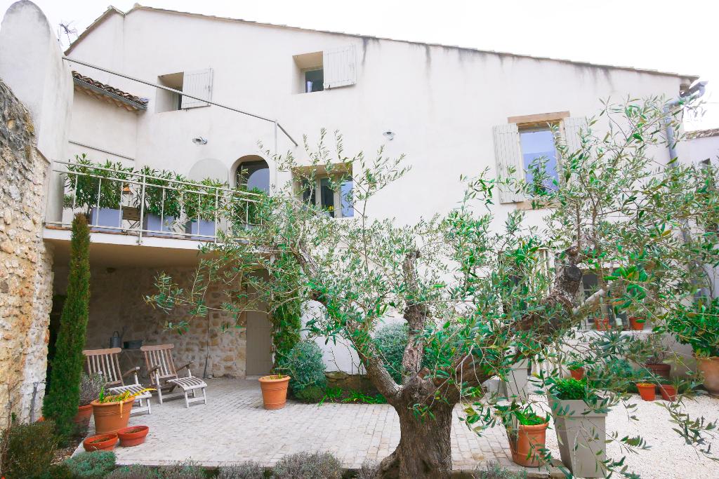 Uzès proche,  maison ancienne en pierre, esprit contemporain, cour et terrasse