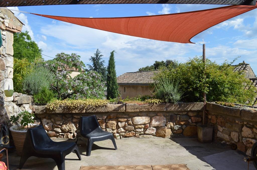 Uzès à 10minutes, joli maison de village , petit jardin et terrasse, bassin possible