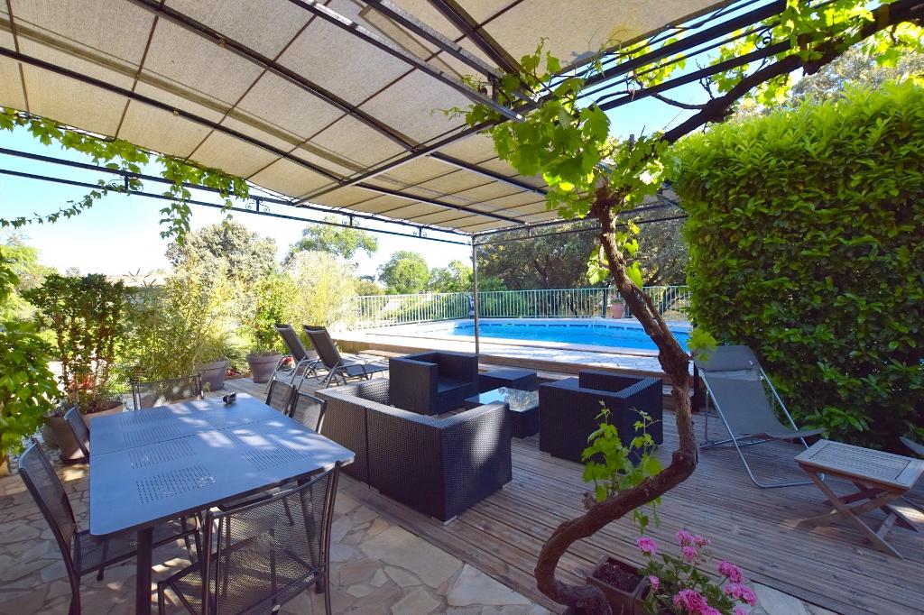 Uzès, 15mn, grande maison 250m2 sur 2500 m2 terrain, avec piscine, garage et gîte.