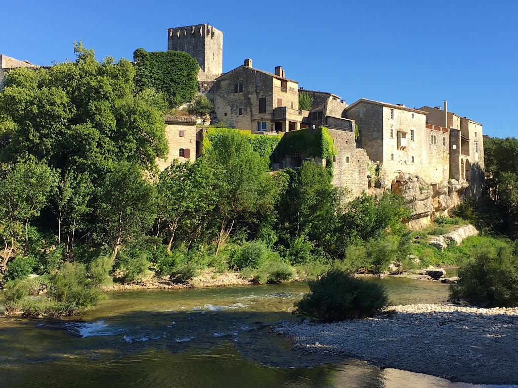 Vallée de la Cèze, MONTCLUS, village parmi les plus beaux de France, maison de caractère, XVI eme siècle, vue surplombant la rivière