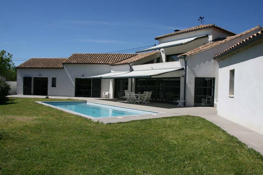Uzès, 5 k, Villa de grande qualité aux allures contemporain avec piscine