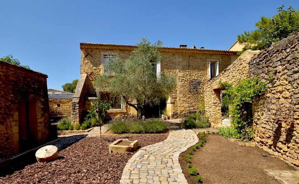 Uzès proche, maison de charme dans village recherché, proches commerces, grand jardin et piscine