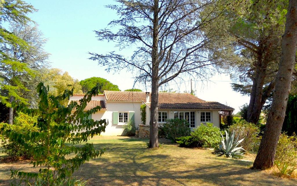 À 4km d'UZÈS, maison d'environ 200m2 avec jardin arboré de 2779m2, piscine chaufée et studio indépendant.