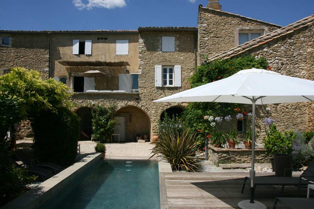 UZES proche, maison de charme, 234 m2, magnifique piscine, joli jardin 400m2