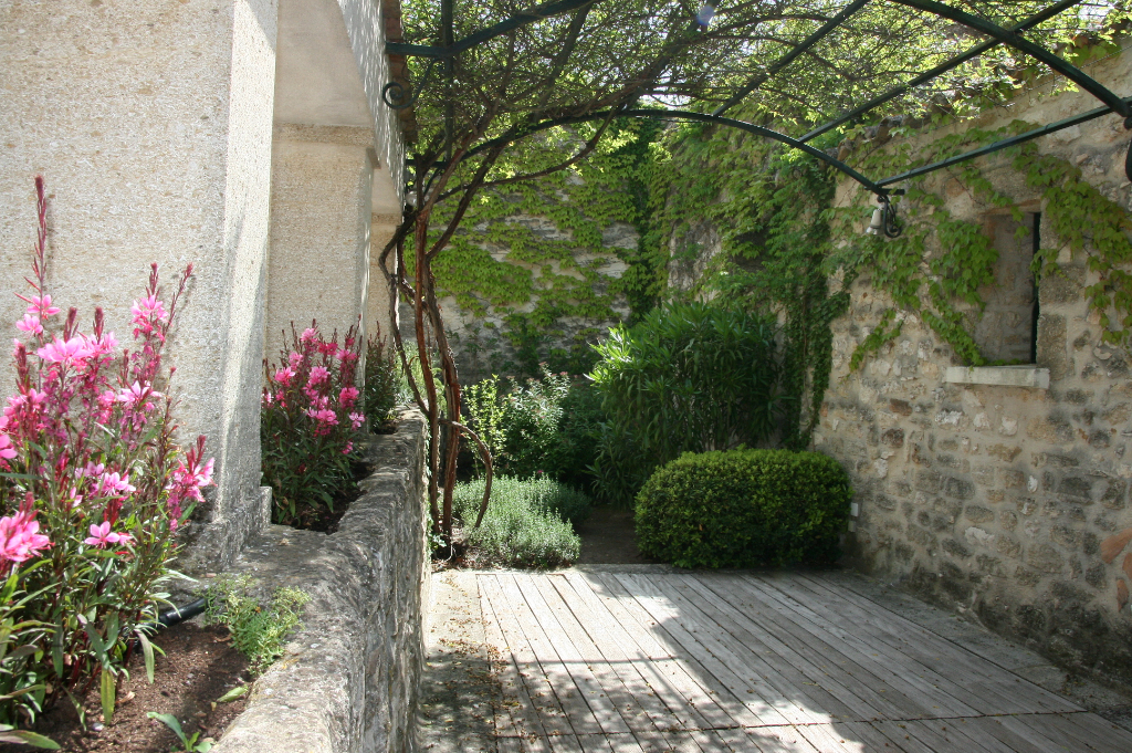 UZÈS, 5 kms, charming village house with terraces and lovely views