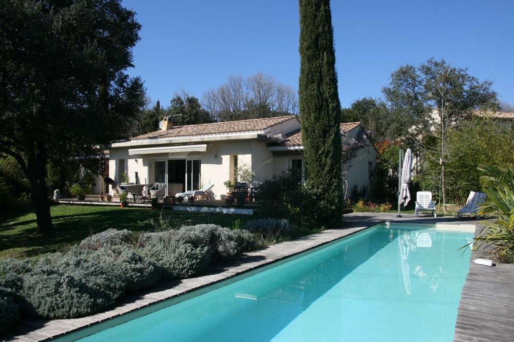 Uzès proche, Villa  de standng avec  beau jardin et grande piscine
