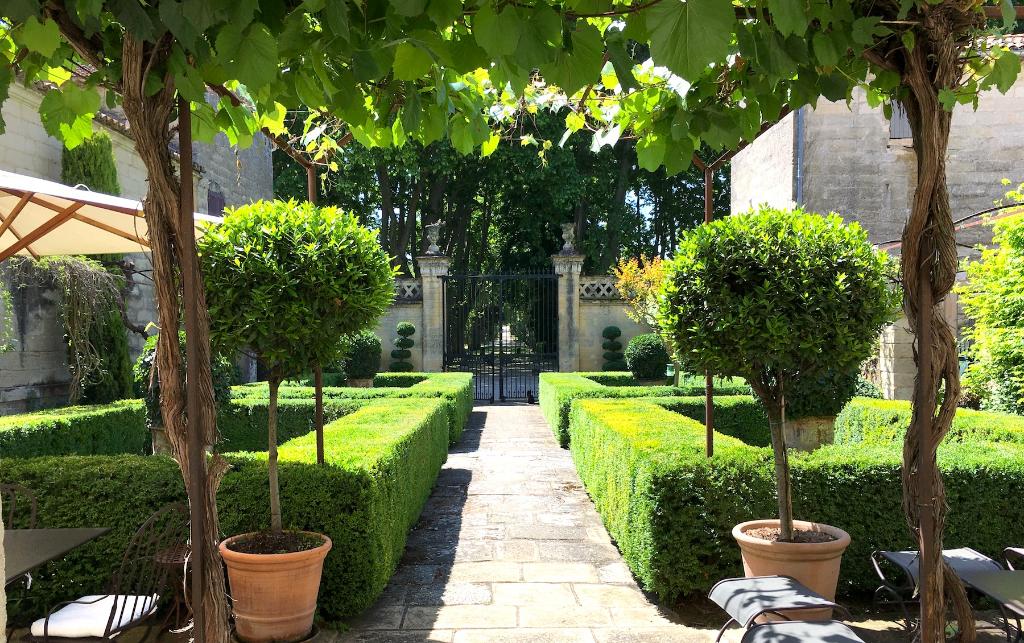 UZES, Domaine historique  avec sa Cour d'Honneur, parc paysager et piscine chauffée,et 4,5 terrain.