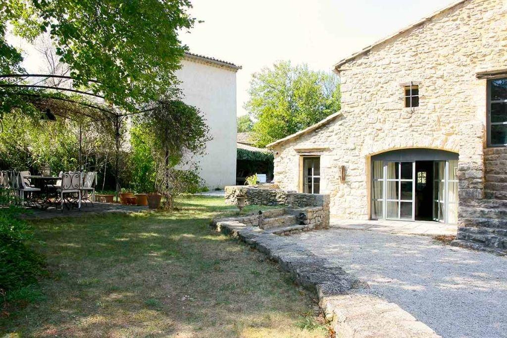 Uzès proche, charmante maison de village  en pierre, 185m2 SH avec jardin et piscine