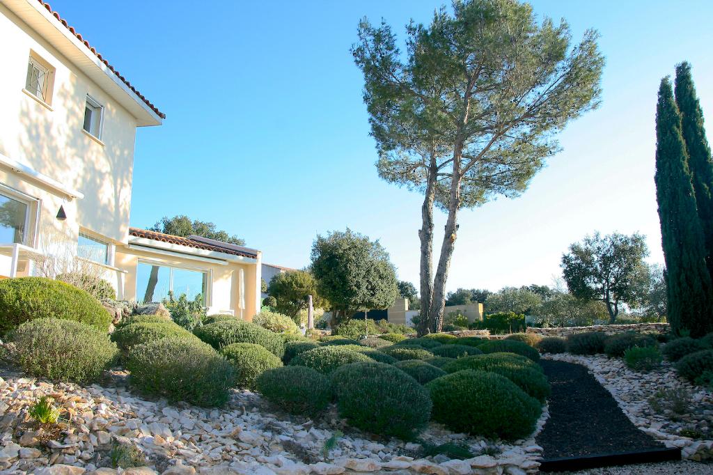 Uzès, maison contemporaine, vue dégagée, piscine et jardin méditerranéen