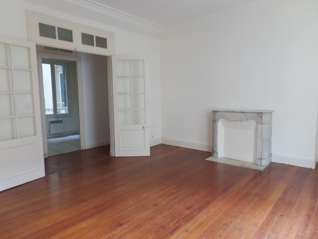 LOCATION  BREST  SAINT MARTIN  APPARTEMENT T3  77 M²  BEAUX VOLUMES  PLEIN CENTRE  BEAUCOUP DE CACHET