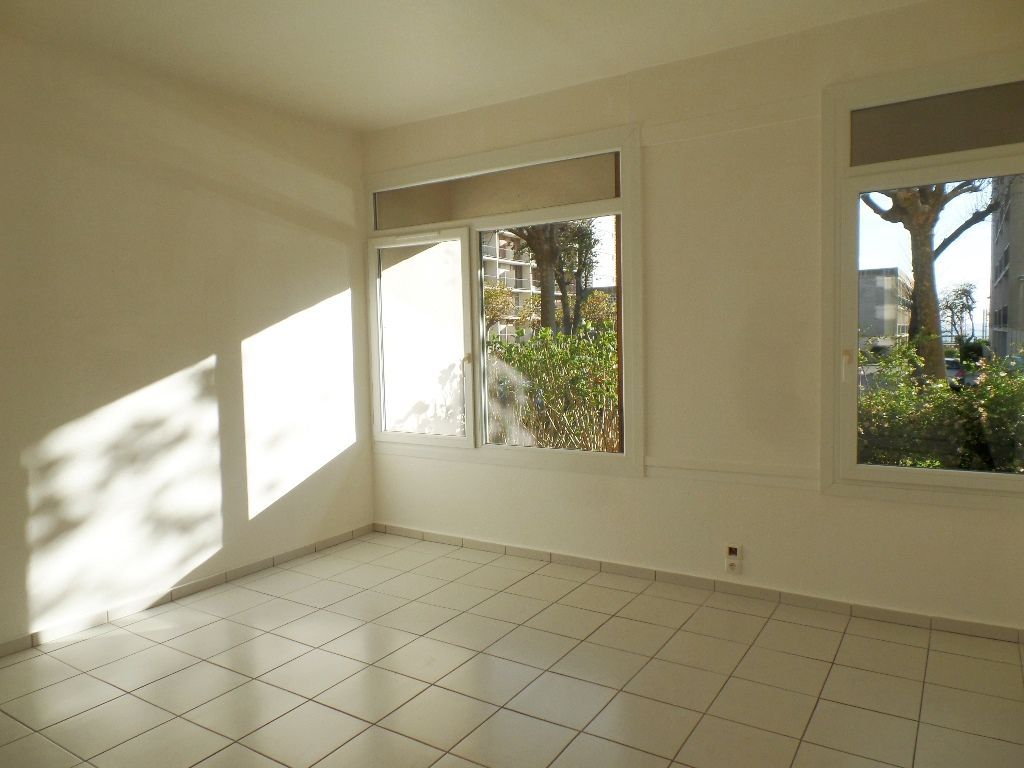 A VENDRE  EXCLUSIVITE  BREST  SAINT MICHEL  APPARTEMENT T1 27.80 m²  PARKING PRIVATIF   DALLE BETON