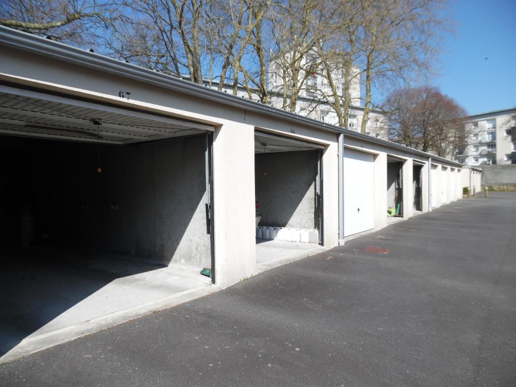 EXLUSIVITE  A VENDRE  BREST  BOURG DE LAMBEZELLEC  GARAGE  SECURISE  PARFAIT ETAT